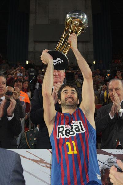 Juan Carlos Navarro, capitán del F.C. Barcelona alza la Copa de Campeón de la Copa del Rey de Baloncesto