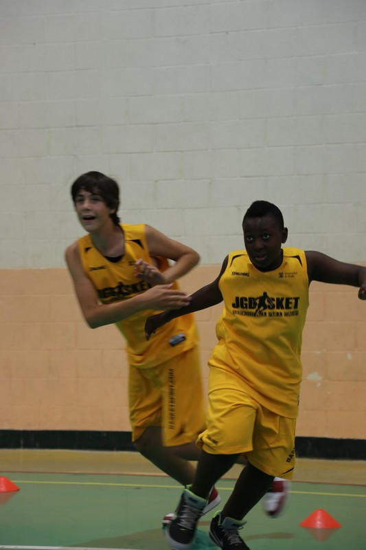 Recibe abierto y en carrera para asegurar un buen contraataque. Serie fundamentos de baloncesto