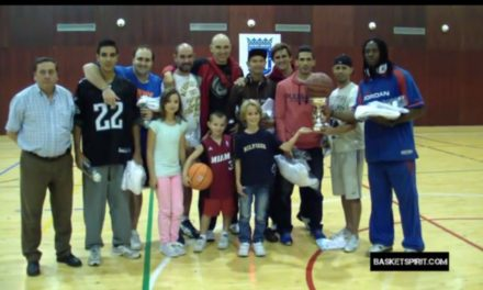 Momento Basketspirit. Los integrantes de Premium Max celebran con toda la familia el triunfo en el XIV Torneo Villa de Vallecas