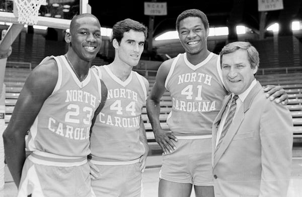 Michael Jordan, Matt Doherty, Sam Perkins y Dean Smith en North Carolina. Foto Charles Cooper