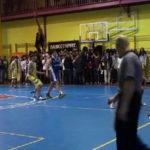 Video: Así se empieza un cuarto. Espectacular canasta de jugador del Colegio Brains. Copa Colegial 2014