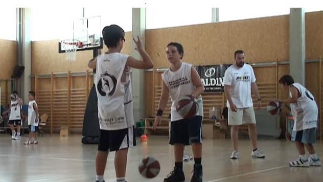 """Bote baloncesto: Maneja las """"caras"""" del balón sin mirarlo"""