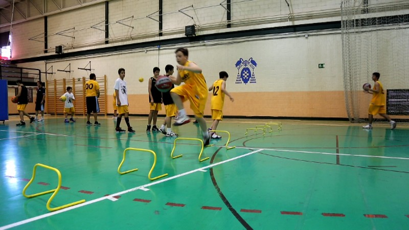 Video: Un chute de energía. Círcuito ejercicios baloncesto. Agilidad, velocidad de reacción, preparación física y tiro