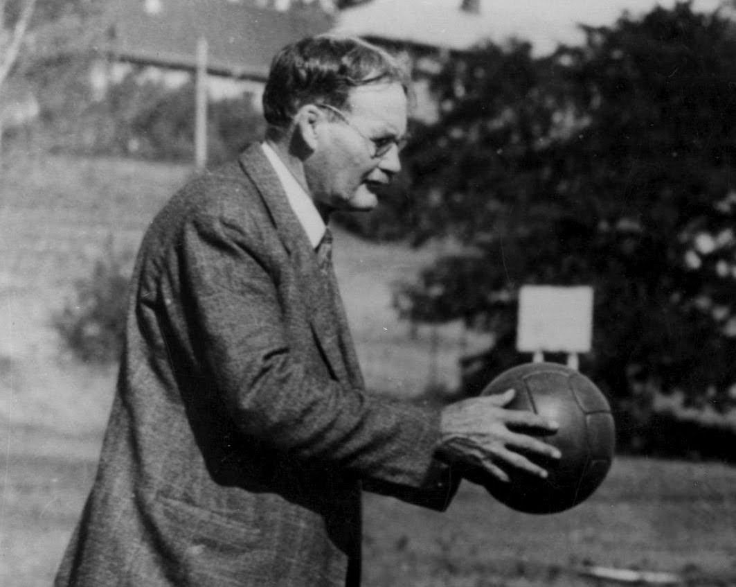 Las trece reglas originales del baloncesto creadas por James Naismith